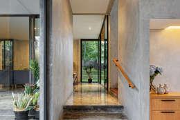 Koridor dan lorong by Tamara Wibowo Architects