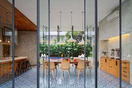 Projekty,  Jadalnia zaprojektowane przez Tamara Wibowo Architects