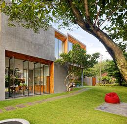 Projekty, egzotyczne Domy zaprojektowane przez Tamara Wibowo Architects