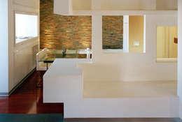 Elle shaped house: Soggiorno in stile in stile Minimalista di officinaleonardo