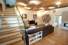 Salas / recibidores de estilo industrial por Annalisa Carli