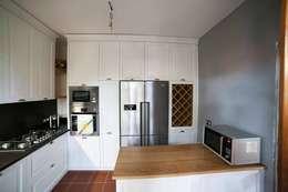 CUCINA SU MISURA ATTREZZATA: Cucina attrezzata in stile  di Falegnameria Grelli Danilo