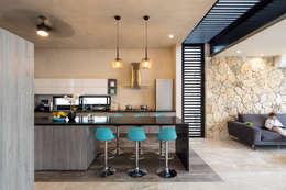 Un Patio: Cocinas de estilo moderno por P11 ARQUITECTOS