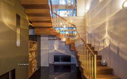 Лестница, ведущая на второй этаж: Прихожая, коридор и лестницы в . Автор – LUMI POLAR
