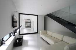 リビング: 石川淳建築設計事務所が手掛けたリビングです。