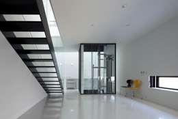 透明なエレベーター: 石川淳建築設計事務所が手掛けた階段です。