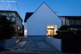夜景外観: 石川淳建築設計事務所が手掛けた二世帯住宅です。