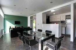 Living con cocina integrada: Comedores de estilo moderno por I.S. ARQUITECTURA