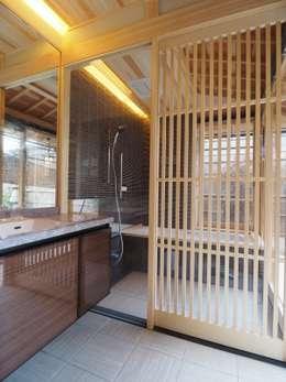 翔縁居: 一級建築士事務所 (有)BOFアーキテクツが手掛けた浴室です。