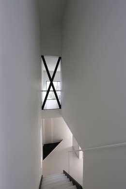 玄関からの階段: 石川淳建築設計事務所が手掛けた階段です。