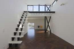 屋上バルコニーを見上げるリビング: 石川淳建築設計事務所が手掛けたリビングです。