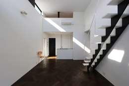ペニィンシュラキッチンを臨む: 石川淳建築設計事務所が手掛けたダイニングです。