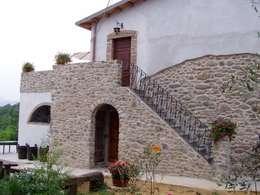 Recupero Gradile in pietra: Case in stile In stile Country di Arch. Della Santa Giorgio