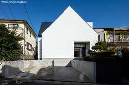 三角屋根の外観: 石川淳建築設計事務所が手掛けた木造住宅です。