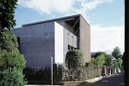 ひばりが丘、ギャラリーを意識した住まい、杉板化粧型枠コンクリート打ち放し外壁: JWA,Jun Watanabe & Associatesが手掛けた家です。