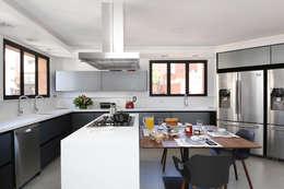 Apto Moema - Cozinha: Armários e bancadas de cozinha  por Start Arquitetura