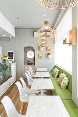 Um renovado café fresco e acolhedor:   por Glim - Design de Interiores Lda