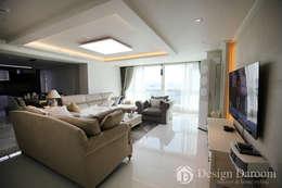 광장동 현대홈타운 53평형 거실: Design Daroom 디자인다룸의  거실