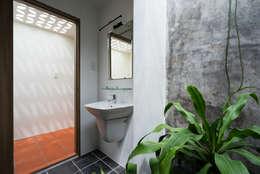 Nhà NỬA MÁI:  Phòng tắm by AD+