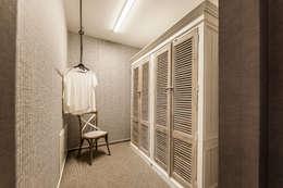 MEDLEY 3.0 - Komfortabler Luxus in der Ankleide: moderne Ankleidezimmer von FingerHaus GmbH