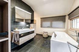 MEDLEY 3.0 - Badezimmer mit großer Badewanne: moderne Badezimmer von FingerHaus GmbH