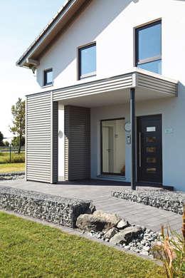 NEO 300 - Das Fertighaus mit raffiniertem Haustürvordach:  Einfamilienhaus von FingerHaus GmbH