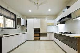 Mr. Shekhar Bedare's Residence:  Kitchen units by GREEN HAT STUDIO PVT LTD