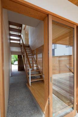 庭間の家: I Live Architects/田辺弘幸建築設計事務所が手掛けた廊下 & 玄関です。