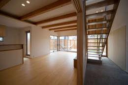 庭間の家: I Live Architects/田辺弘幸建築設計事務所が手掛けたリビングです。