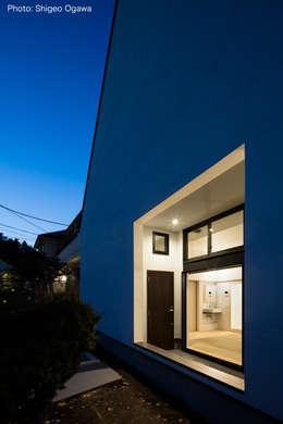 親世帯玄関ポーチ: 石川淳建築設計事務所が手掛けた廊下 & 玄関です。