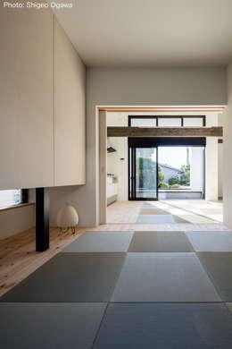 親世帯の寝室: 石川淳建築設計事務所が手掛けた和室です。