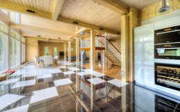 Кухня, плавно переходящая в гостиную: Гостиная в . Автор – LUMI POLAR