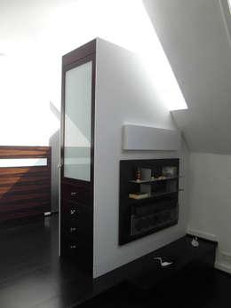 Ankleide in Ebenholz / Makassar: moderne Ankleidezimmer von Meyerfeldt Architektur & Innenarchitektur