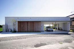 緑の映える庭と暮らすL字型の平屋: kisetsuが手掛けた廊下 & 玄関です。