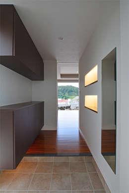 森の二世帯: 久友設計株式会社が手掛けた廊下 & 玄関です。