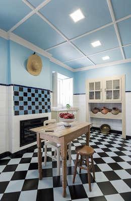 Cozinha: Cozinhas campestres por Estúdio AMATAM