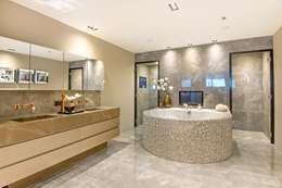 Chique badkamer met stoomcabine en whirlpool ligbad: moderne Badkamer door Cleopatra BV