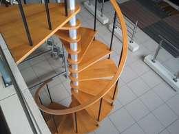 Escalera en caracol modelo COBA: Escaleras de estilo  por Suvire Escaleras