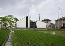ミニマルなデザインの外観: 石川淳建築設計事務所が手掛けた木造住宅です。