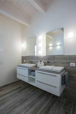 Villa Elisabetta, il bagno principale: Bagno in stile in stile Moderno di Progettolegno srl