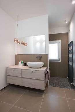 Villa Elisabetta, il secondo bagno: Bagno in stile in stile Moderno di Progettolegno srl