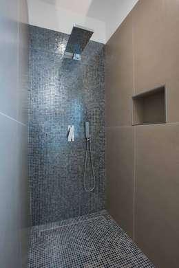 Villa Elisabetta, la doccia: Bagno in stile in stile Moderno di Progettolegno srl