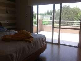 Vivienda Unifamiliar en el barrio El Mirasol, Localidad de Pilar, Buenos Aires: Dormitorios de estilo moderno por Inca Arquitectura