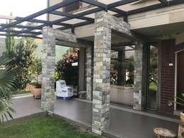 Acceso de piedra: Casas unifamiliares de estilo  por ARquitectura