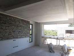 CASA CINCA-SALCEDO: Livings de estilo minimalista por M.i. arquitectura & construcción