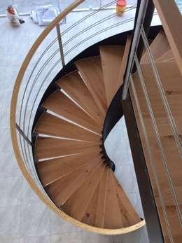 Escalera helicoidal modelo CALAKMUL: Escaleras de estilo  por Suvire Escaleras