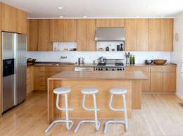 Cocinas Arkia: Cocinas equipadas de estilo  por Arkia Studios