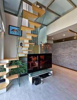 Duplex Interiors living:  Corridor & hallway by Design Paradigm