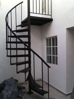 Escalera en caracol modelo YAXCHILAN: Escaleras de estilo  por Suvire Escaleras