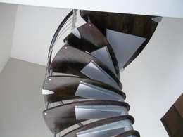 Escalera en caracol modelo TIKAL: Escaleras de estilo  por Suvire Escaleras